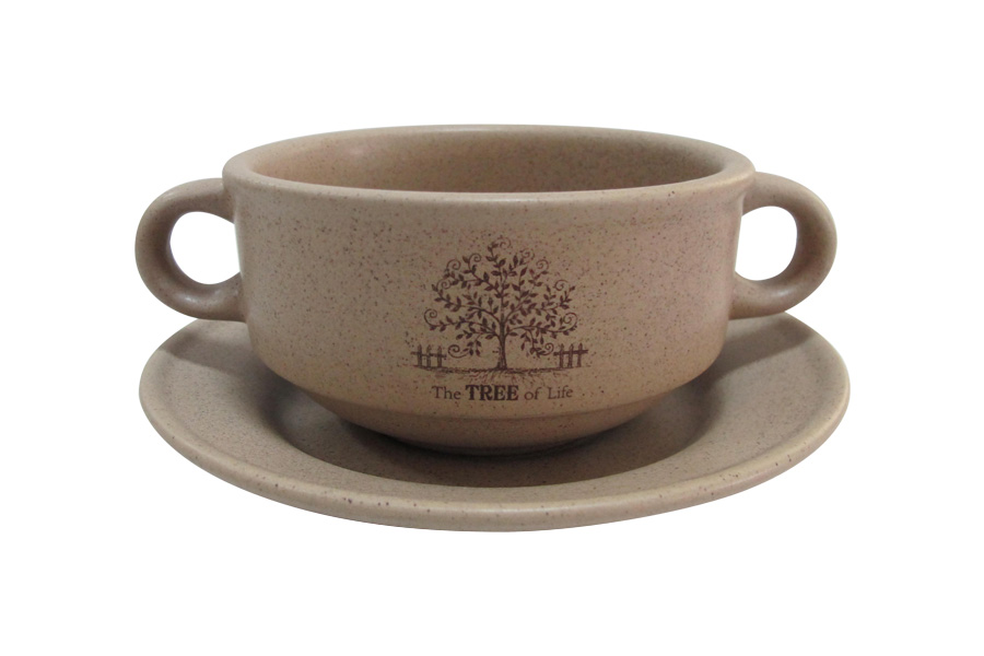 """Суповая чашка Terracotta """"Дерево жизни"""" изготовлена из высококачественной керамики. Суповая чашка предназначена для подачи супа, бульона и других жидких блюд. В комплекте предусмотрено блюдце. Две удобные ручки обеспечивают комфортное использование.  Изделие отлично подойдет для торжественных случаев. Благодаря качеству исполнения и красивому дизайну изделие станет отличным приобретением для вашей кухни.  Не использовать в СВЧ. Мыть с применением жидких моющих средств и в посудомоечной машине."""