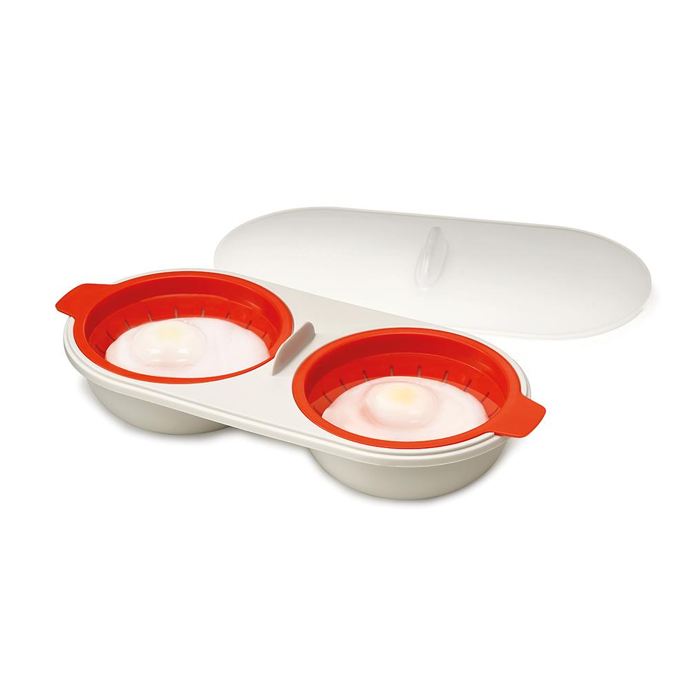 Форма для приготовления яиц-пашот Joseph Joseph M-Cuisine. 4500845008Яйца - пашот считаются изысканным и полезным блюдом, но приготовить их в кастрюле может быть непросто.Но с формой для приготовления яиц - пашот Joseph Joseph M-Cuisine нет ничего проще: наберите воду до отметки, разбейте в специальное отделение яйцо (для разбивания можно использовать острую часть в середине набора), накройте крышкой и поставьте в микроволновую печь. Для легкого извлечения готового яйца из формы оба отделения оснащены специальным мини-дуршлагом.