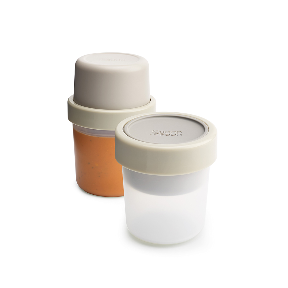 Ланч-бокс для супа Joseph Joseph GoEat, цвет: серый. 8102881028Ланч-бокс для супа Joseph Joseph GoEat-новая линейка универсальных контейнеров с отдельными ёмкостями для разных продуктов, специально разработана для того, чтобы вы могли брать с собой в офис или на прогулку разные блюда для полноценного обеда. Герметичный контейнер Space-saving soup pot, специально разработан, чтобы вы могли брать с собой ваш любимый суп или рагу. Основное отделение вмещает полноценную порцию 600 мл, а в верхнее отделение вы можете положить гренки или хлеб - идеальное дополнение к первому блюду.Все контейнеры имеют герметичную силиконовую крышку и надёжное блокирующее кольцо, что гарантирует сохранность продуктов и обезопасит от протекания.Когда контейнеры пустые, они легко складываются друг в друга для удобной переноски.Верхняя ёмкость - 300 мл. Нижняя ёмкость - 600 мл.Можно мыть в посудомоечной машине. Контейнеры можно разогревать в микроволновой печи, предварительно удалив кольцо и крышку.
