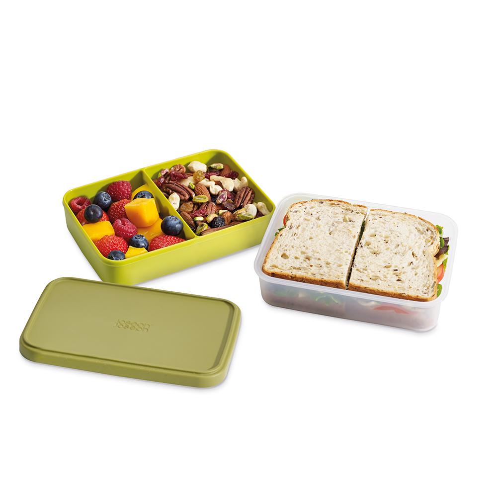 Ланч-бокс Joseph Joseph GoEat, компактный, цвет: зеленый. 8103181031Ланч-бокс Joseph Joseph GoEat- новая линейка универсальных контейнеров с отдельными емкостями для разных продуктов, специально разработана для того, чтобы вы могли брать с собой в офис или на прогулку разные блюда для полноценного обеда. Ланч-бокс Space-saving lunch box - прекрасная альтернатива обычным пластиковым контейнерам. Большой нижний контейнер для основных блюд и сэндвичей, верхний контейнер с разделителем для ягод, фруктов, десертов, орехов и т.д. Вы можете брать с собой сразу несколько блюд и не смешивать их друг с другом.Все контейнеры имеют герметичную силиконовую крышку и надёжное блокирующее кольцо, что гарантирует сохранность продуктов и обезопасит от протекания.Когда контейнеры пустые, они легко складываются друг в друга для удобной переноски.Верхняя емкость - 500 мл.Нижняя емкость - 700 мл. Можно мыть в посудомоечной машине. Контейнеры можно разогревать в микроволновой печи, предварительно удалив кольцо и крышку.