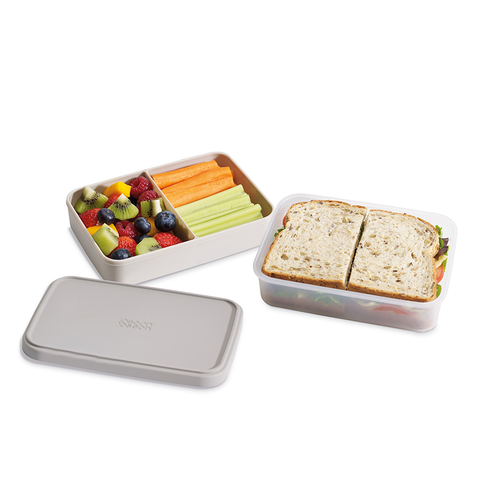 Ланч-бокс Joseph Joseph GoEat, компактный, цвет: серый. 8103281032Ланч-бокс Joseph Joseph GoEat- новая линейка универсальных контейнеров с отдельными емкостями для разных продуктов, специально разработана для того, чтобы вы могли брать с собой в офис или на прогулку разные блюда для полноценного обеда. Ланч-бокс Space-saving lunch box - прекрасная альтернатива обычным пластиковым контейнерам. Большой нижний контейнер для основных блюд и сэндвичей, верхний контейнер с разделителем для ягод, фруктов, десертов, орехов и т.д. Вы можете брать с собой сразу несколько блюд и не смешивать их друг с другом.Все контейнеры имеют герметичную силиконовую крышку и надёжное блокирующее кольцо, что гарантирует сохранность продуктов и обезопасит от протекания.Когда контейнеры пустые, они легко складываются друг в друга для удобной переноски.Верхняя емкость - 500 мл.Нижняя емкость - 700 мл. Можно мыть в посудомоечной машине. Контейнеры можно разогревать в микроволновой печи, предварительно удалив кольцо и крышку.