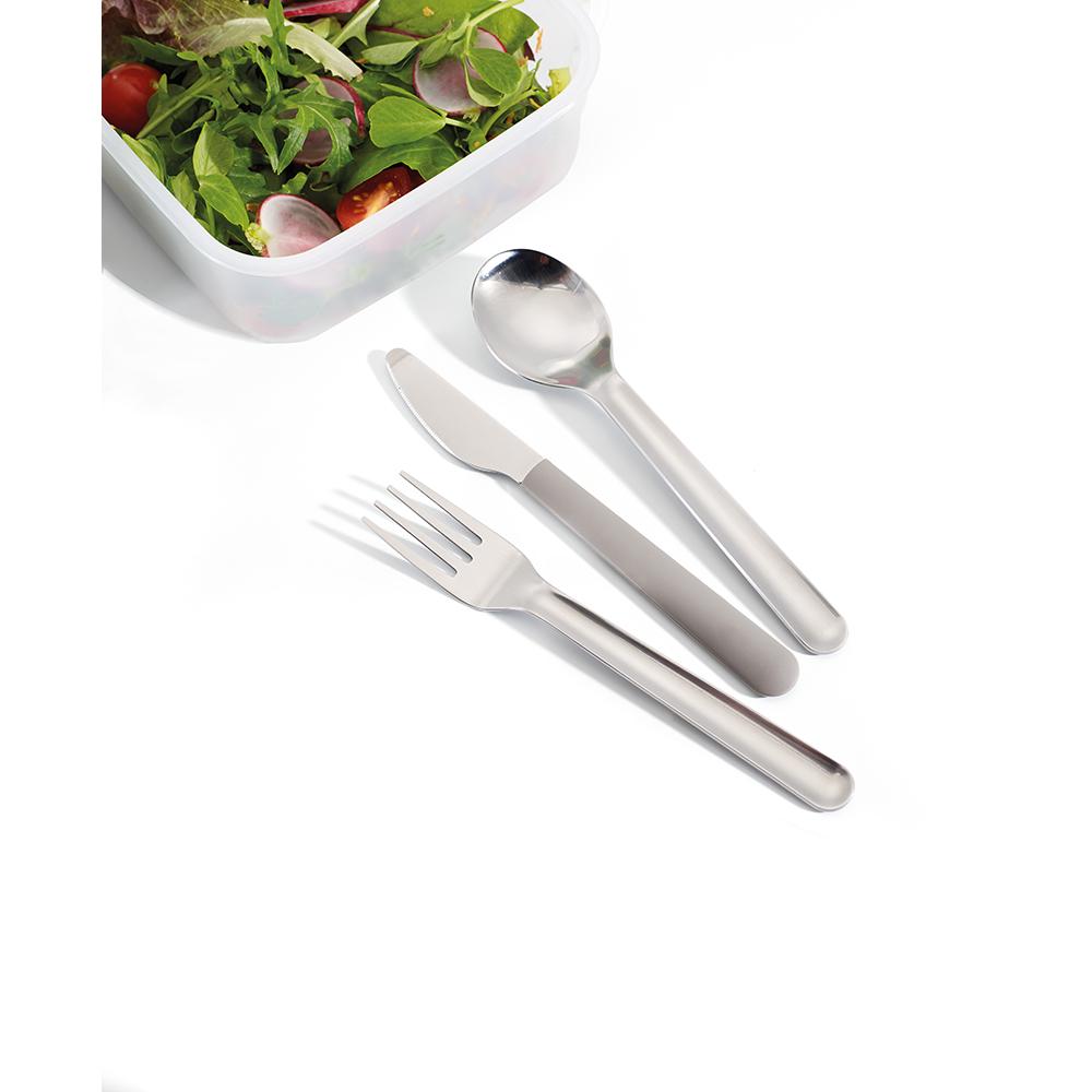Набор столовых приборов Joseph Joseph GoEat Cutlery Set, цвет: серый, 4 шт81034Обычно, чтобы съесть обед из контейнера где-то вне дома, мы используем одноразовые пластиковые приборы, которые не всегда хорошо справляются с задачей, к тому же это зачастую неудобно и даже вредно. Не нужно выбирать между удобством и качеством - и то, и другое сочетается в наборе Joseph Joseph GoEat Cutlery Set из нержавеющей стали. Он включает в себя нож с магнитной рукояткой, вилку и ложку, выглядит стильно, достаточно компактен. Также к набору прилагается специальный силиконовый чехол для удобной переноски и содержания приборов в чистоте до и после использования.Можно мыть в посудомоечной машине.