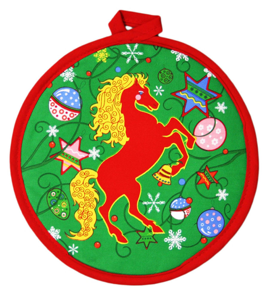 """Прихватка Bonita """"Красный конь"""" - незаменимый помощник на любой кухне. Изделие, выполненное из натурального хлопка и полиэстера, оформлено красивым новогодним принтом с лицевой стороны. Задняя сторона простегана, что позволяет наполнителю не скатываться со временем. Благодаря специальной петельке изделие можно подвесить на крючок. Прихватка мягкая, удобная и практичная. Она защитит ваши руки и предотвратит появление ожогов. Красочный дизайн позволит красиво дополнить интерьер кухни."""