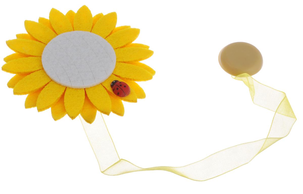 Клипса-магнит для штор Calamita Fiore, цвет: желтый, белый. 7704012_5177704012_517Клипса-магнит Calamita Fiore, изготовленная из пластика и текстиля, предназначена для придания формы шторам. Изделие представляет собой два магнита, расположенные на разных концах текстильной ленты. Один из магнитов оформлен декоративным цветком из фетра. С помощью такой магнитной клипсы можно зафиксировать портьеры, придать им требуемое положение, сделать складки симметричными или приблизить портьеры, скрепить их. Клипсы для штор являются универсальным изделием, которое превосходно подойдет как для штор в детской комнате, так и для штор в гостиной. Следует отметить, что клипсы для штор выполняют не только практическую функцию, но также являются одной из основных деталей декора этого изделия, которая придает шторам восхитительный, стильный внешний вид. Диаметр декоративного цветка: 9 см.Диаметр магнита: 2,5 см.Длина ленты: 26 см.