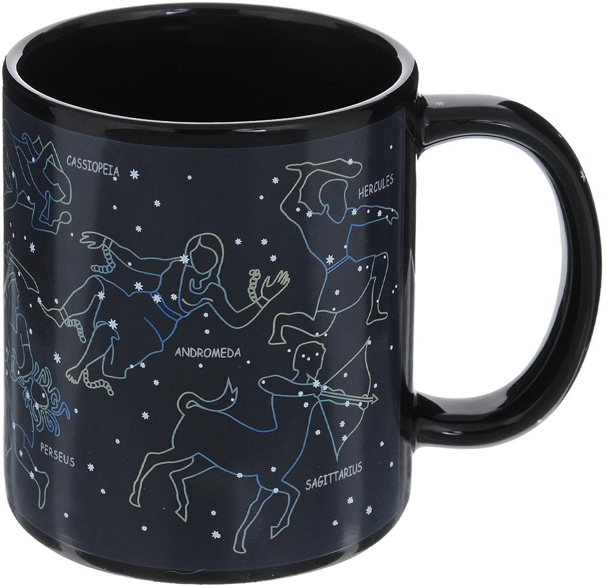 Кружка-хамелеон Эврика Разогрей звезду, 300 мл96311Кружка-хамелеон Эврика Разогрей звезду выполнена из высококачественной керамики. Рисунок на стенках состоит из множества светлых звездочек, сияющих в ночном небе. Но стоит налить в кружку горячий напиток, и между точками проявятся невидимые доселе нити, превращающие их в знаменитые созвездия. Рядом с каждым созвездием написано его латинское название. Такой подарок станет не только приятным, но и практичным сувениром: кружка станет незаменимым атрибутом чаепития, а оригинальный дизайн вызовет улыбку.Высота кружки: 9,5 см.Диаметр (без учета ручки): 8 см.