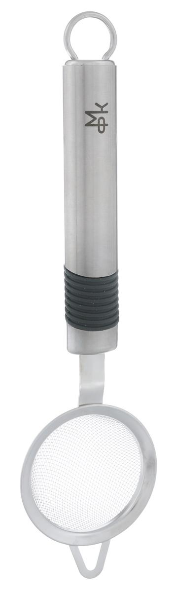 Сито МФК-профит Premium с ручкой, диаметр 6,3 смMFK01018Сито МФК-профит предназначено для процеживания заварки ит.д. Прочная металлическая сетка иудобная ручка из нержавеющей стали с резиновым покрытием,обеспечивают изделиюизносостойкость и долговечность. Специальный крючек позволяетудобно поместить сито на краю кружки, ковша или кастрюли. Наконцеручки имеется небольшое отверстие, за которое сито можноподвесить в любом удобном для вас месте.Практичное и удобное сито МФК-профит займет достойное местосреди аксессуаров на вашей кухне. Можно мыть в посудомоечноймашине. Диаметр: 6,3 см.Длина сита (с учетом ручки): 23,5 см.