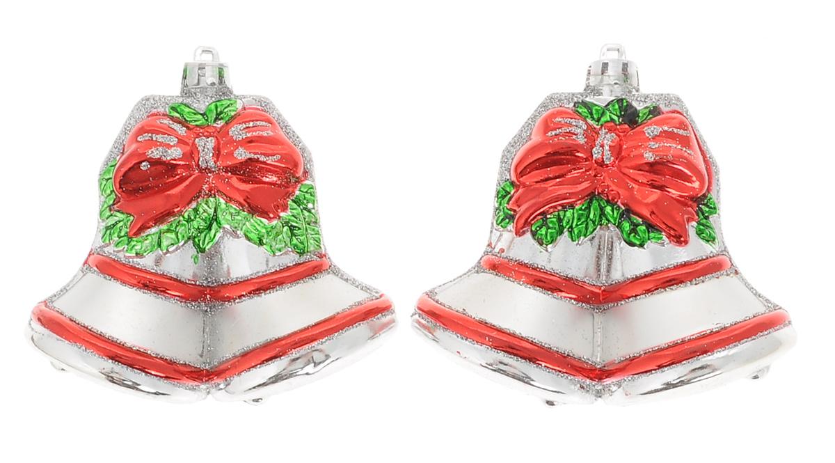 Набор новогодних подвесных украшений Winter Wings Колокольчики, 2 штN180004Набор Winter Wings Колокольчики состоит из двух подвесных украшений, которые станут прекрасным декором для елки. Изделия выполнены из пластика в виде колокольчиков и украшены блестками. Подвешиваются на елку с помощью текстильной петельки. Ваша зеленая красавица с такими украшениями будет выглядеть стильно и волшебно. Создайте в своем доме по-настоящему сказочную атмосферу.