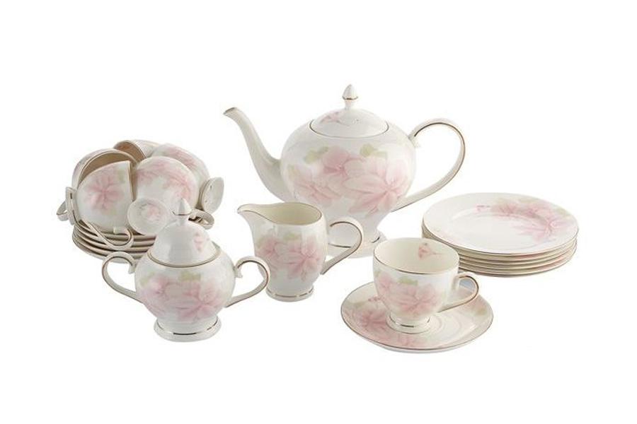 Чайный сервиз Emerald Розовые цветы, 21 предметE5-HV004011/21-ALЧайный сервиз Emerald Розовые цветы состоит из 6 чашек, 6 блюдец, 6 десертных тарелок, заварочного чайника, сахарницы и молочника. Изделия выполнены из высококачественного костяного фарфора. Поверхность изделий покрыта превосходной сверкающей глазурью, не содержащей свинца. Изделия украшены нежным цветочным рисунком и дополнены золотистой эмалью.Благодаря высокому качеству исполнения, разнообразным декорам и оптимальному соотношению цена/качество, посуда Emerald завоевала огромную популярность у покупателей и пользуется неизменно высоким спросом. Такой набор изысканно украсит сервировку стола к чаепитию.Объем чайника: 1,5 л.Объем сахарницы: 350 мл.Объем молочника: 300 мл. Объем чашек: 200 мл. Диаметр десертных тарелок: 18 см.