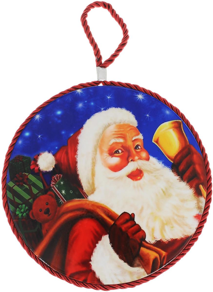 """Подставка под горячее House & Holder """"Новый год"""", выполненная из высококачественной керамики, идеально подойдет для предохранения вашего стола от воздействия высоких температур. Изделие декорировано цветным шнурком с петелькой для подвешивания и изображением Деда Мороза. Дно, выполненное из пробки, не даст подставке скользить по поверхности стола. Такая подставка украсит интерьер вашей кухни и подчеркнет прекрасный вкус хозяина, а также станет отличным подарком. Размеры подставки: 17 см х 17 см х 1 см."""