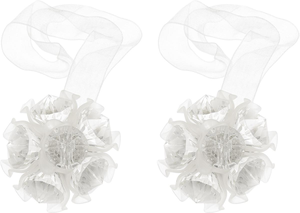 Клипса-магнит для штор Астра, цвет: белый, 2 шт7713413_8001 белыйКлипса-магнит Астра, изготовленная из акрила и текстиля, предназначена для придания формы шторам. Изделие представляет собой два магнита, расположенные на разных концах текстильной ленты. Один из магнитов оформлен декоративным цветком. С помощью такой магнитной клипсы можно зафиксировать портьеры, придать им требуемое положение, сделать складки симметричными или приблизить портьеры, скрепить их. Клипсы для штор являются универсальным изделием, которое превосходно подойдет как для штор в детской комнате, так и для штор в гостиной. Следует отметить, что клипсы для штор выполняют не только практическую функцию, но также являются одной из основных деталей декора этого изделия, которая придает шторам восхитительный, стильный внешний вид.Диаметр декоративного цветка: 4,5 см.Диаметр магнита: 2 см.Длина ленты: 27 см.