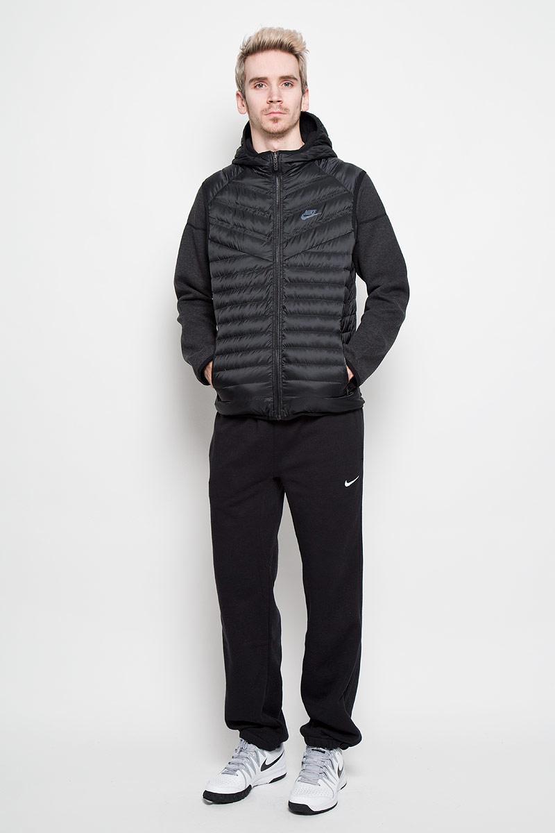 Куртка мужская Nike Aeroloft Windrunner, двухсторонняя, цвет: черный, темно-серый. 614665-010. Размер S (44/46)614665-010Двухсторонняя мужская куртка Nike Aeroloft Windrunner, выполненная из практичного стеганого материала, обеспечит максимальный комфорт при различных погодных условиях. Модель с несъемным капюшоном и длинными рукавами застегивается на пластиковую застежку-молнию по всей длине. Вшитый сверху жилет с наполнителем из гусиного пуха обеспечивает дополнительное тепло и защиту от непогоды. По бокам расположены прорезные карманы. Очень стильный и современный дизайн. Эта легкая и одновременно теплая куртка станет отличным дополнением к вашему гардеробу!