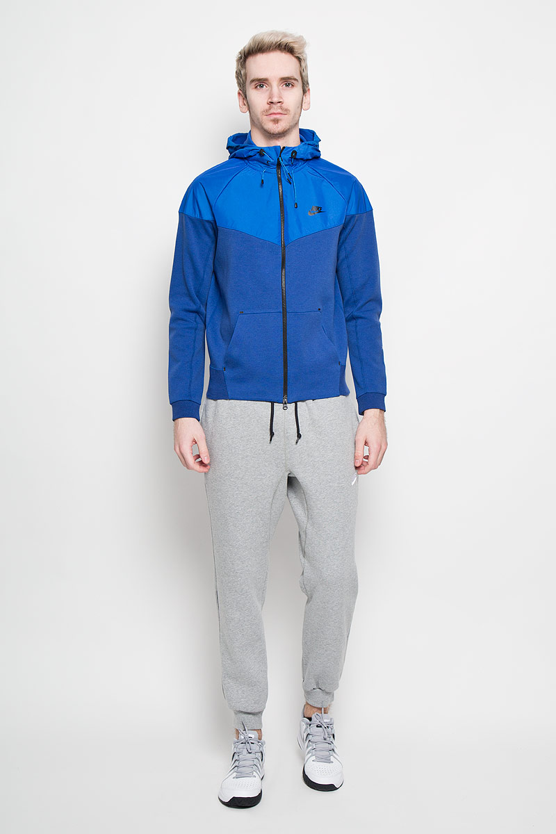 Ветровка мужская Nike Tech Windrunner-1mm Ird, цвет: синий. 616757-455. Размер XL (52/54)616757-455Мужская ветровка Nike Tech Windrunner-1mm Ird идеально подойдет для пробежек или занятия активными видами спорта в прохладные дни. Модель с длинными рукавами-реглан и несъемным капюшоном застегивается на застежку-молнию, капюшон дополнен небольшим козырьком, его объем регулируется при помощи шнурка-кулиски. Капюшон и верхняя часть толстовки выполнены из непромокаемого материала. Спереди ветровка имеет два открытых накладных кармана. Низ и рукава ветровки оснащены эластичными резинками. Эта модная и в то же время комфортная ветровка станет незаменимым элементом вашего спортивного гардероба и обеспечит вам тепло и комфорт даже в холодное время года