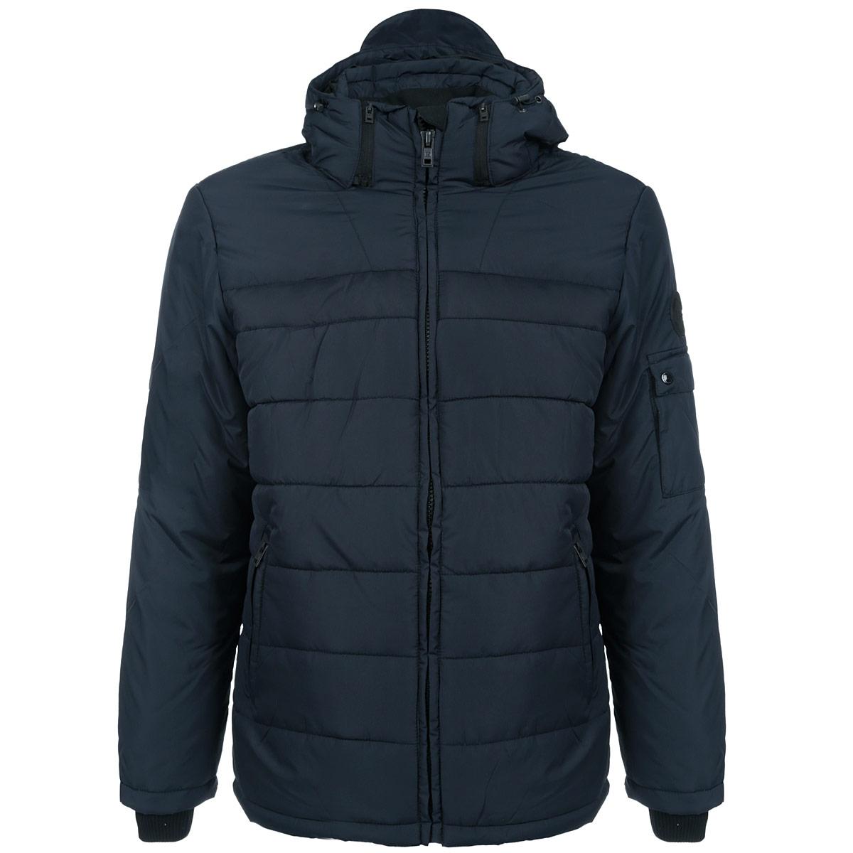 Куртка мужская F5, цвет: темно-синий. 06842. Размер XL (52)06842Стильная мужская куртка F5 - отличное решение для прохладной погоды. Куртка выполнена из непромокаемого полиэстера с утеплителем Silk Floss и дополнена отстегивающимся капюшоном на эластичной кулиске. Капюшон спереди имеет небольшой козырек. Модель прямого кроя с воротником-стойкой застегивается на пластиковую молнию с защитой подбородка. Спереди куртка дополнена двумя втачными карманами на молниях. С внутренней стороны предусмотрено два накладных сетчатых кармана и вшитый карман на молнии. Рукава дополнены вшитыми трикотажными манжетами и регулирующими ширину хлястиками на липучках. На левом рукаве расположен дополнительный карман с клапаном на кнопках. По нижнему краю с изнаночной стороны расположена эластичная кулиска, защищающая от продувания. В такой куртке вам будет уютно, тепло и комфортно в любую погоду.