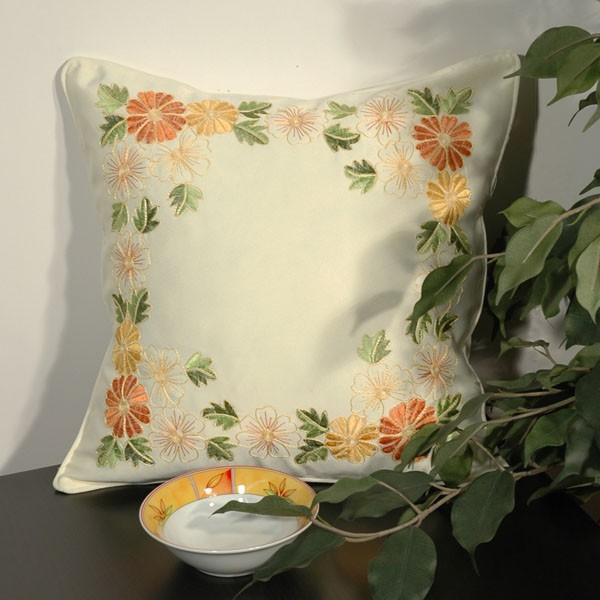 Наволочка Schaefer, цвет: бежевый, 40 х 40 см 05738-50105738-501Наволочка Schaefer, выполненная из полиэстера, предназначена для декоративных подушек. За текстилем из полиэстера очень легко ухаживать: он легко стирается, не мнется, не садится и быстро сохнет, более долговечен, чем текстиль из натуральных волокон.Изделие декорировано красивой цветочной вышивкой. Застегивается на молнию. Подушка с такой наволочкой добавит в ваш дом стиля, уюта и неповторимости.