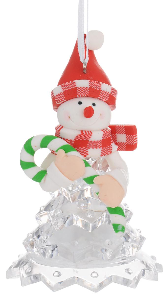 Новогодняя декоративная фигурка Kosmos Снеговик в красной шапке, с подсветкой, высота 10 см новогодняя декоративная фигурка kosmos дед мороз с подсветкой высота 10 см