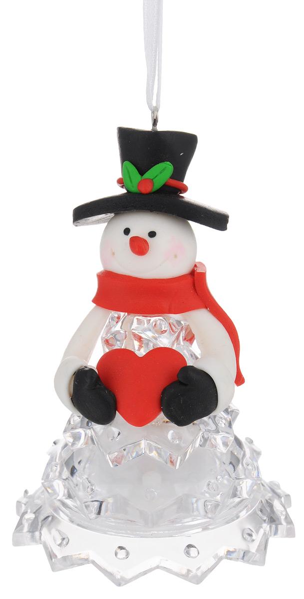 Новогодняя декоративная фигурка Kosmos Снеговик в черной шляпе, с подсветкой, высота 10 смKOCNL-EL112Новогодняя декоративная фигурка Kosmos Снеговик в черной шляпе выполнена из полирезины и прозрачного пластика в виде снеговика в красной шапке. Особенностью данной фигурки является наличие светодиодного устройства, благодаря которому украшение светится. Работает фигурка от 3 батареек типа LR44 (входят в комплект). Такая оригинальная фигурка оформит интерьер вашего дома или офиса в преддверии Нового года. Оригинальный дизайн и красочное исполнение создадут праздничное настроение. Кроме того, это отличный вариант подарка для ваших близких и друзей.Свет свечения: мульти. Напряжение: 1,5 V. Источники света: светодиоды (LED).
