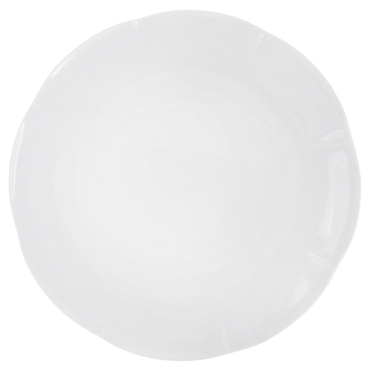 Блюдо для торта Royal Bone China White, диаметр 33 см89ww/0334Блюдо для торта Royal Bone China White, изготовленное из костяного фарфора с содержанием костяной муки (45%), прекрасно впишется в интерьер вашей кухни и станет достойным дополнением к кухонному инвентарю. Основным достоинством изделий из костяного фарфора является абсолютно гладкая глазуровка. Такие изделия сочетают в себе изысканный вид с прочностью и долговечностью. Блюдо прекрасно подойдет для подачи тортов, пирогов, пирожных. Изысканное блюдо прекрасно подойдет для сервировки стола и придется по вкусу вашим гостям. Размер блюда: 33 см х 33 см х 1 см.