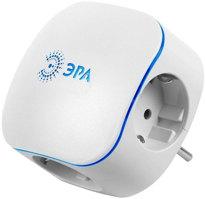 Тройник ЭРА SP-3e-USB, с заземлением, с 2 USB портами, цвет: белый, 3 гнездаSP-3e-USBСетевой разветвитель (тройник) ЭРА предназначен для бытового применения в помещениях и обеспечивает возможность присоединения электрических приемников к однофазным сетям с номинальным напряжением 220В. Позволяет подключить несколько потребителей к одной электрической розетке.Разветвитель также оснащен двумя USB портами, которые обеспечивают возможность подзарядки мобильных устройств (сотовые телефоны, планшеты), поддерживающих зарядку от USB порта.Материал корпуса - негорючий пластик с антипиренами, устойчив к механическим повреждениям, соответствует требованиям пожаробезопасности. Разветвитель имеет заземление и шторки.Наличие заземляющего контакта: да.Напряжение номинальное: 220В.Напряжение максимальное: 250В.Количество USB портов: 2.Номинальное напряжение USB: 5В.Максимальный суммарный ток нагрузки на USB порт: не более 1000 мА.Температура эксплуатации: от +5°С до +40°С.Относительная влажность: не более 85%.Срок службы: 5 лет.Материал корпуса: поликарбонат.Материал токоведущих частей: латунь CuZn15.