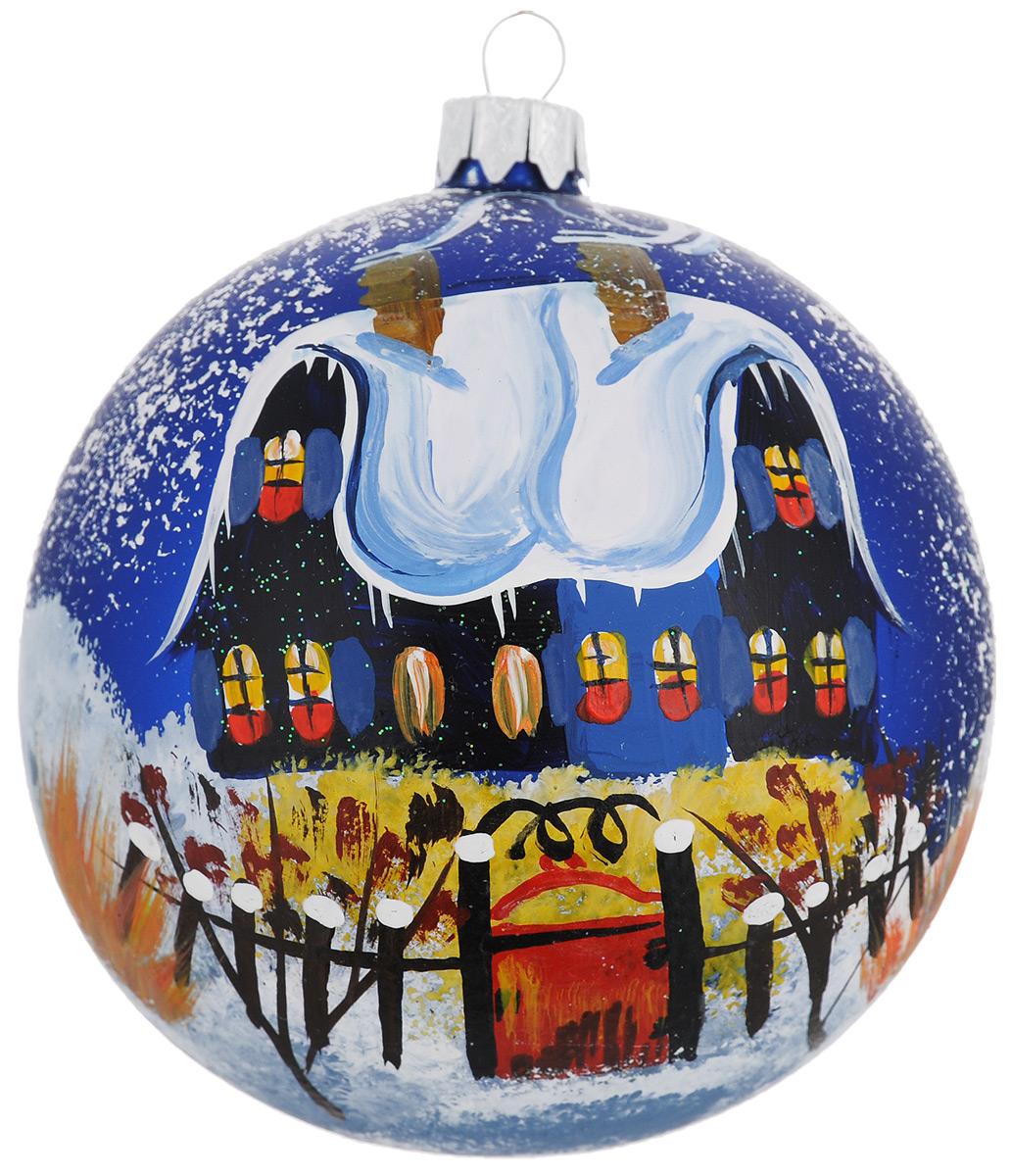"""Новогоднее украшение """"Синий дом красная калитка"""" отлично подойдет для украшения вашего дома и новогодней ели. Игрушка выполнена из тонкого стекла в виде шара и декорирована изображением заснеженного коттеджа. Украшение оснащено специальной металлической петелькой, в которую можно продеть нитку или ленту для подвешивания. Елочная игрушка - символ Нового года. Она несет в себе волшебство и красоту праздника. Создайте в своем доме атмосферу веселья и радости, украшая всей семьей новогоднюю елку нарядными игрушками, которые будут из года в год накапливать теплоту воспоминаний."""