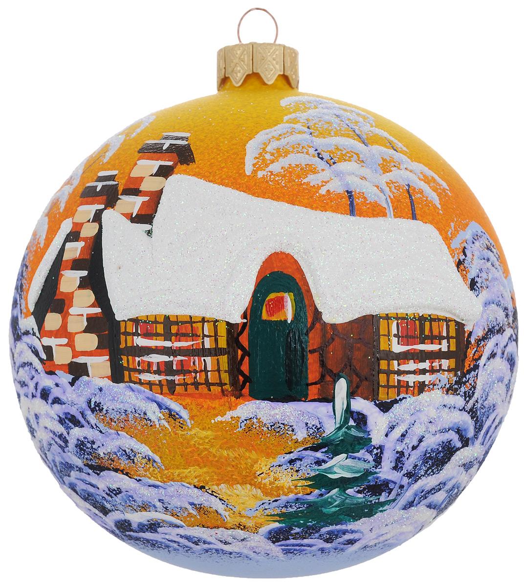 """Новогоднее украшение """"Паланга янтарный закат"""" отлично подойдет для украшения вашего дома и новогодней ели. Игрушка выполнена из тонкого стекла в виде шара и декорирована изображением заснеженного домика в свете заходящего солнца. Украшение оснащено специальной металлической петелькой, в которую можно продеть нитку или ленту для подвешивания. Елочная игрушка - символ Нового года. Она несет в себе волшебство и красоту праздника. Создайте в своем доме атмосферу веселья и радости, украшая всей семьей новогоднюю елку нарядными игрушками, которые будут из года в год накапливать теплоту воспоминаний."""