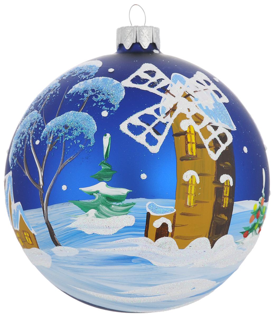 """Новогоднее украшение """"Мельница и елка"""" отлично подойдет для украшения вашего дома и новогодней ели. Игрушка выполнена из тонкого стекла в виде шара и декорирована изображением мельницы и покрытых снегом деревьев. Украшение оснащено специальной металлической петелькой, в которую можно продеть нитку или ленту для подвешивания. Елочная игрушка - символ Нового года. Она несет в себе волшебство и красоту праздника. Создайте в своем доме атмосферу веселья и радости, украшая всей семьей новогоднюю елку нарядными игрушками, которые будут из года в год накапливать теплоту воспоминаний."""
