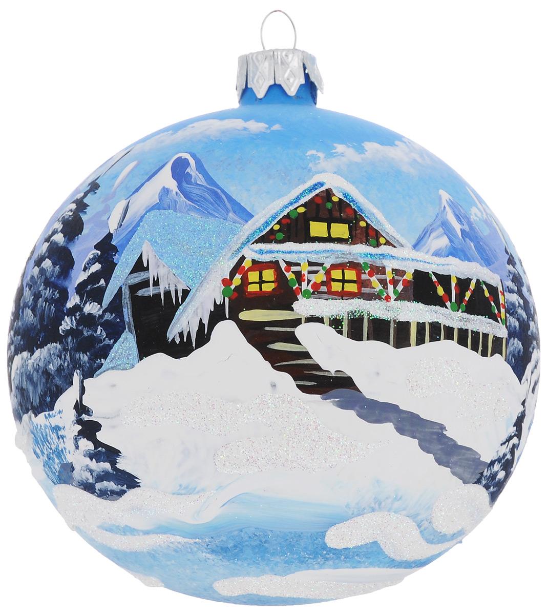 """Новогоднее украшение """"Домик Санта Клауса"""" отлично подойдет для украшения вашего дома и новогодней ели. Игрушка выполнена из тонкого стекла в виде шара и декорирована изображением домика в снегу. Украшение оснащено специальной металлической петелькой, в которую можно продеть нитку или ленту для подвешивания. Елочная игрушка - символ Нового года. Она несет в себе волшебство и красоту праздника. Создайте в своем доме атмосферу веселья и радости, украшая всей семьей новогоднюю елку нарядными игрушками, которые будут из года в год накапливать теплоту воспоминаний."""