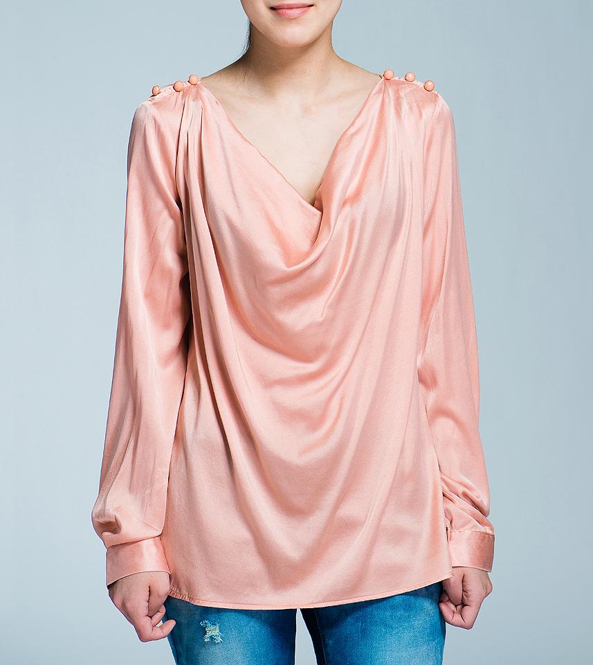 Блуза женская Nolita, цвет: роза. 12DCL0061. Размер S (42)12DCL0061Стильная блуза Nolita выполнена из струящегося шелка с добавлением эластана. Блуза свободного кроя с воротником хомут и длинными рукавами, отлично подчеркнет женственность и красоту вашей фигуры. По плечам блуза оформлена тремя гранеными пуговками. Романтичная блуза - для девушки, стремящейся всегда оставаться стильной и элегантной.