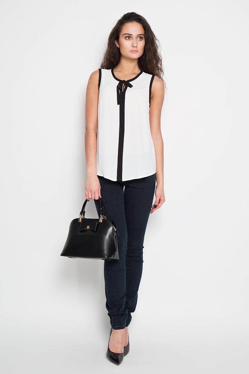 Блузка женская Sela, цвет: белый. Twsl-112/1005-6191. Размер 48Twsl-112/1005-6191Стильная женская блуза Sela, выполненная из 100% полиэстера, подчеркнет ваш уникальный стиль и поможет создать оригинальный женственный образ.Блузка без рукавов, с круглым вырезом горловины оформлена декоративной контрастной окантовкой спереди и по вырезам рукавов. На горловине расположены декоративные завязки, которые можно завязать в бант. Такая блузка идеально подойдет для жарких летних дней. Такая блузка будет дарить вам комфорт в течение всего дня и послужит замечательным дополнением к вашему гардеробу.