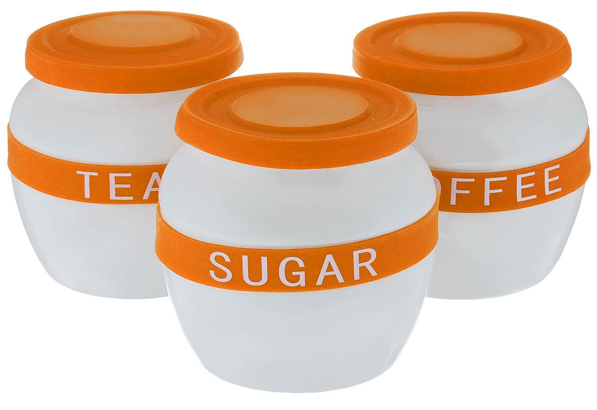 Набор банок для сыпучих продуктов Mayer & Boch, цвет: белый, оранжевый, 3 шт21638Банки для сыпучих продуктов Mayer & Boch изготовлены из прочной керамики высокого качества. Изделия оснащены крышками и ободками, выполненными из высококачественного силикона. На ободках расположены надписи, идентифицирующие содержимое банок. Гладкая и ровная поверхность обеспечивает легкую чистку. В комплект входит 3 банки для хранения сахара, кофе и чая.Изысканный и утонченный дизайн сделает такие банки не просто емкостью для сыпучих продуктов, а настоящим предметом декора, который стильно дополнит ваш кухонный интерьер.Можно мыть в посудомоечной машине. Объем: 700 мл. Диаметр (по верхнему краю): 10 см. Диаметр дна: 9 см.Высота банок (без учета крышки): 11,5 см.