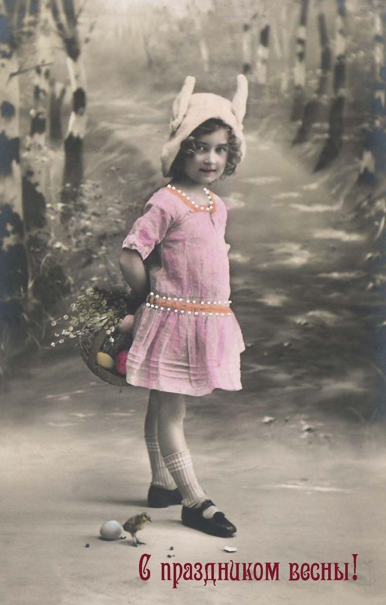 Поздравительная открытка в винтажном стиле Пасха. ОТКР №102ОТКР №102Оригинальная поздравительная открытка Пасха выполнена из плотного матового картона. На лицевой стороне расположено красочное изображение девочки в розовом платье с корзинкой цветов. Обратная сторона открытки имеет место для марки и свободное пространство, на котором вы сможете написать собственное послание. Необычная и яркая открытка в винтажном стиле поможет вам выразить чувства и передать теплые поздравления.Такая открытка станет великолепным дополнением к подарку или оригинальным почтовым посланием, которое, несомненно, удивит получателя своим дизайном и подарит приятные воспоминания.