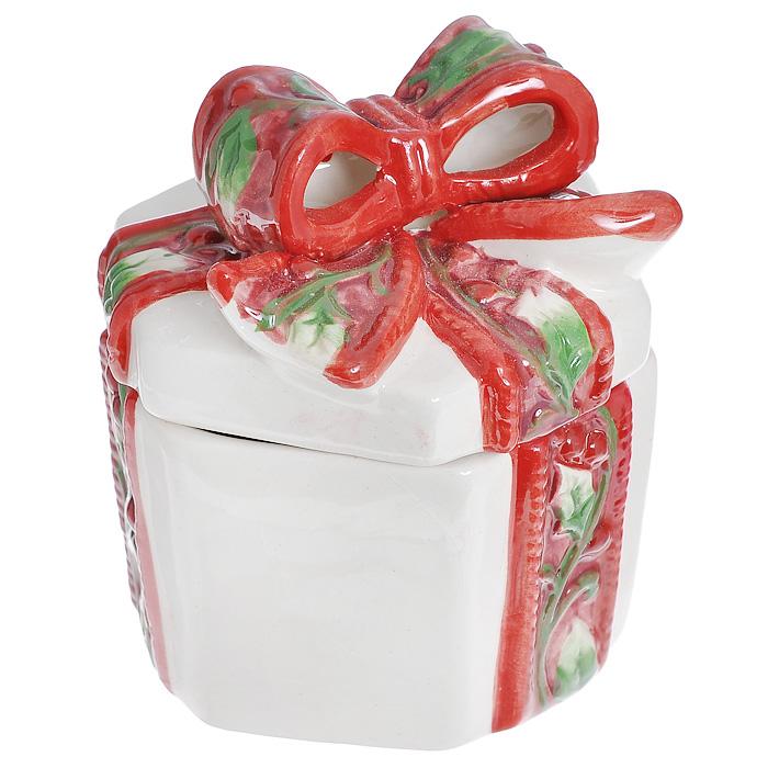"""Шкатулка """"Подарок"""" выполнена из фарфора. Крышка шкатулки украшена пышным красно-зеленым бантом. Шкатулка отлично подойдет для хранения необходимых мелочей, а также для красочного оформления подарка.   Новогодние украшения приносят в дом волшебство и ощущение праздника. Создайте в своем доме атмосферу веселья и радости, украшая всей семьей комнату нарядными игрушками, которые будут из года в год накапливать теплоту воспоминаний. Внешний размер шкатулки: 10,5 х 8 х 9 см. Внутренний размер шкатулки: 5  х 7,5 х 8 см. Размер упаковки: 11 х 9 х 9,5 см."""
