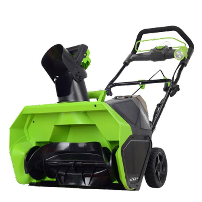 Снегоуборщик аккумуляторный Greenworks G-MAX GD40SB, 40 В, 51 см (комплект)2600607Снегоуборщик аккумуляторный Greenworks G-MAX GD40SB - это полупрофессиональная модель для очистки от снега придомовых, садовых и уличных территорий. Также станет незаменимым помощником для владельцев отдельных гаражей в зимний период. Данная модель оснащена бесщеточным электродвигателем DigiPro, который надежнее обычного щеточного и сопоставим по мощности с двигателем внутреннего сгорания. При этом абсолютно экологичен, не требует дополнительного обслуживания, прост в эксплуатации, имеет пониженный уровень вибраций и шума. Благодаря питанию от 40V аккумулятора снегоуборщик обеспечивает долгую автономную работу (до 40 минут от 4 А.ч аккумулятора). Данный аккумулятор совместим с другими устройствами из линейки G-MAX 40V. Снегоуборщик имеет ширину захвата в 51 см и глубину 25 см. Обладает дальностью выброса снега до 6 метров. Для регулировки направления и высоты выброса снега модель оборудована подвижным желобом с углом поворота в 190°. Рама управления имеет складную конструкцию. Не требует инструментов или навыков для монтажа, что упрощает хранение и транспортировку снегоуборщика. Дополнительный фонарь с 3 светодиодами поможет при работе в темное время суток. Для легкого управления снегоуборщик оснащен прорезиненными колесами диаметром 17 см. Малый вес позволит работать без усталости. Снегоуборочный шнек выполнен из армированного пластика, что делает его прочным и надежным. Позволяет бережно очищать декоративные покрытия, не царапая их. Для безопасной работы устройство оснащено системой защиты от случайного включения. Технические характеристики: - Двигатель: бесщеточный. - Скорость вращения шнека без нагрузки: 1900 + 10% об/мин. - Уровень шума: 96 децибел. - Ширина очистки: 51 см. - Глубина очистки: 25,4 см. - Диаметр крыльчатки: 45,7 см. - Дальность выброса: до 6 м. - Вес: 15,2 кг.