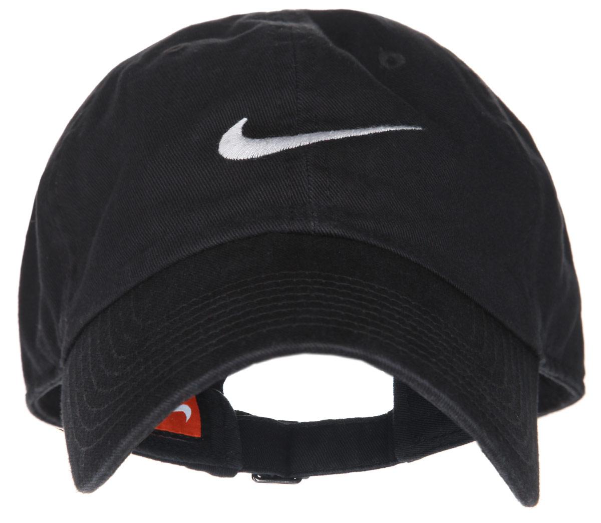 Бейсболка Nike Swoosh H86, цвет: черный. 546126-010. Размер универсальный546126-010Стильная бейсболка Nike Swoosh H86 идеально подойдет для прогулок, занятия спортом и отдыха. Бейсболка выполнена из 100% хлопка, благодаря чему обладает высокой гигроскопичностью и великолепно пропускает воздух, позволяя коже дышать. Модель имеет классическую конструкцию из шести панелей и специальные вентиляционные отверстия и надежно защитит вас от солнца и ветра. Бейсболка оформлена вышивкой с логотипом Nike.Объем бейсболки регулируется при помощи хлястика с пряжкой.Такая бейсболка станет отличным аксессуаром и дополнит ваш повседневный образ.