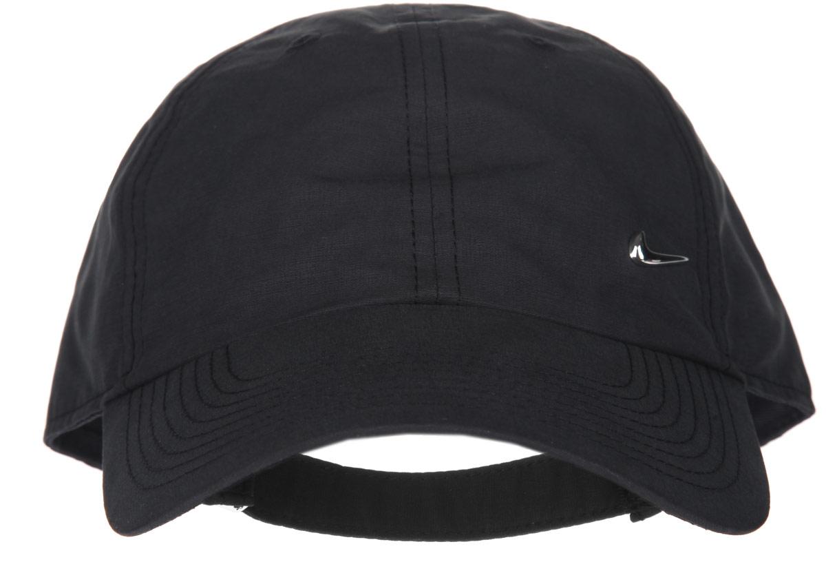 Бейсболка Nike Metal Swoosh H86, цвет: черный. 340225-010. Размер универсальный340225-010Стильная бейсболка Nike Metal Swoosh H86 идеально подойдет для прогулок, занятия спортом и отдыха. Бейсболка выполнена из полиэстера с добавлением хлопка, имеет классическую конструкцию из шести панелей и специальные вентиляционные отверстия и надежно защитит вас от солнца и ветра. Бейсболка оформлена металлическим лейблом с логотипом Nike.Объем бейсболки регулируется при помощи хлястика с защелкой.Такая бейсболка станет отличным аксессуаром и дополнит ваш повседневный образ.