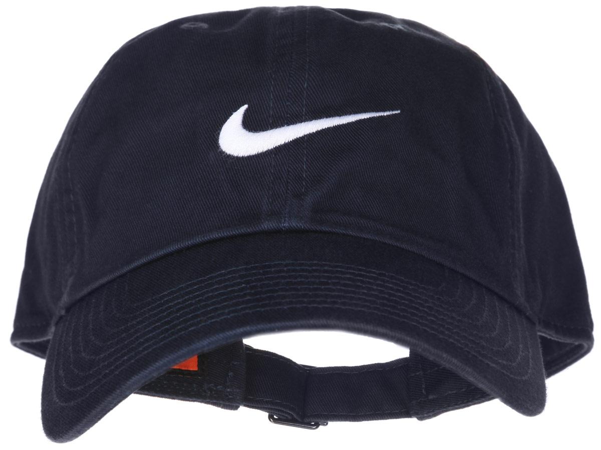 Бейсболка Nike Swoosh H86, цвет: темно-синий. 546126-454. Размер универсальный546126-454Стильная бейсболка Nike Swoosh H86 идеально подойдет для прогулок, занятия спортом и отдыха. Бейсболка выполнена из 100% хлопка, благодаря чему обладает высокой гигроскопичностью и великолепно пропускает воздух, позволяя коже дышать. Модель имеет классическую конструкцию из шести панелей и специальные вентиляционные отверстия и надежно защитит вас от солнца и ветра. Бейсболка оформлена вышивкой с логотипом Nike.Объем бейсболки регулируется при помощи хлястика с пряжкой.Такая бейсболка станет отличным аксессуаром и дополнит ваш повседневный образ.