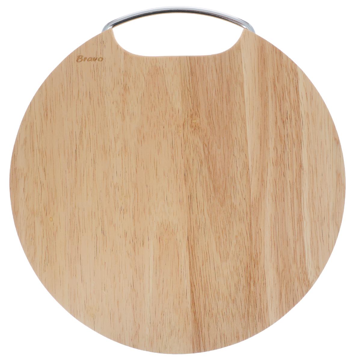 Доска разделочная Bravo, с ручкой, диаметр 28 см406Доска разделочная Bravo изготовлена из гевеи. Гевея входит в семейство элитного красного дерева. Изделия из этого дерева отличаются твердостью, долговечностью и стойкостью к гниению. Доска оснащена металлической ручкой.Функциональная и простая в использовании, разделочная доска Bravo прекрасно впишется в интерьер любой кухни и прослужит вам долгие годы. Не рекомендуется мыть в посудомоечной машине.Диаметр доски: 28 см. Толщина доски: 2 см.