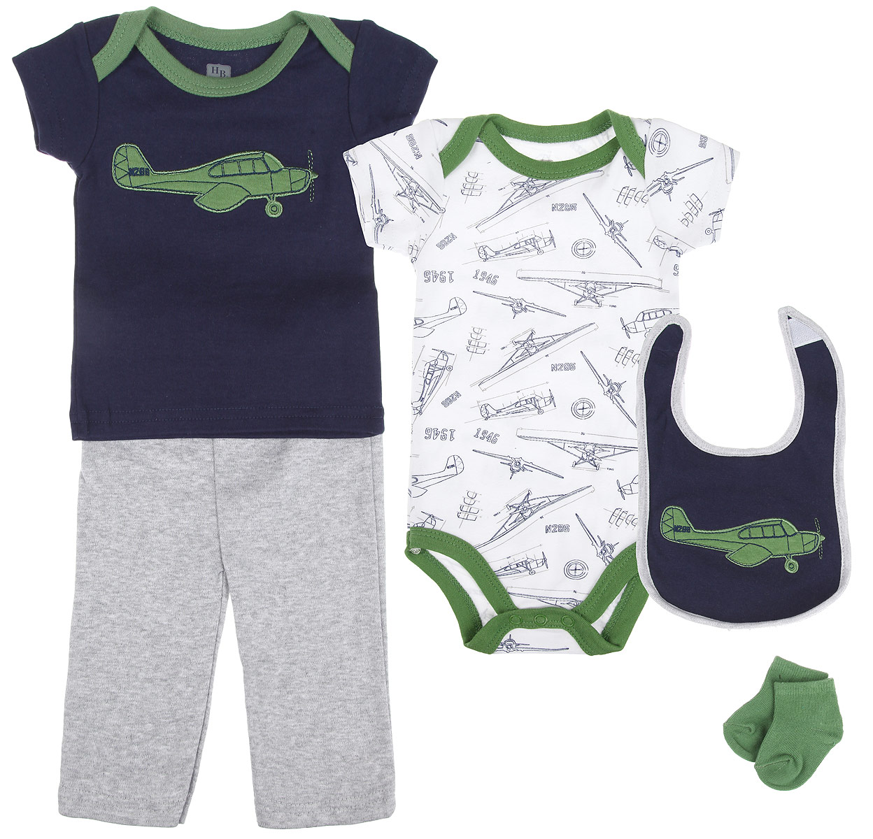 Подарочный комплект для новорожденного Hudson Baby Аэроплан, 5 предметов, цвет: темно-синий, зеленый, серый. 58104. Размер 55/61, 0-3 месяца58104Комплект для новорожденного Hudson Baby Аэроплан - это замечательный подарок, который прекрасно подойдет для первых дней жизни малыша. Комплект состоит из боди, футболки, штанишек, нагрудника и носочков. Одежда выполнена из натурального хлопка, не сковывает движения малыша и позволяет коже дышать, не раздражает даже самую нежную и чувствительную кожу ребенка, обеспечивая ему наибольший комфорт. Носочки изготовлены из хлопка с добавлением нейлона и спандекса, нагрудник - из хлопка и полиэстера. Удобное боди с круглым вырезом горловины и короткими рукавами имеет специальные запахи на плечах и кнопки на ластовице, что значительно облегчает процесс переодевания ребенка и смену подгузника. По всей поверхности изделие украшено оригинальным принтом.Футболка с круглым вырезом горловины и короткими рукавами также имеет запахи на плечах. Спереди модель дополнена нашивкой с изображением самолета. Штанишки на талии имеют мягкую резинку, не сдавливают животик малыша и не сползают. Они отлично сочетаются с футболками и кофточками. Комфортные и прочные носочки с мягкой резинкой плотно облегают ножку ребенка, не сдавливая ее, благодаря чему малышу будет комфортно и удобно. Нагрудник незаменим при кормлении и поможет сохранить одежду ребенка сухой и чистой. Крепится при помощи липучек. Изделие украшено нашивкой с самолетом.Мягкий и практичный трикотаж в сочетании с оригинальным дизайном - идеальный вариант для подарка. Вещи хорошо смотрятся вместе, могут использоваться самостоятельно, а также в сочетании с другими предметами гардероба. В таком комплекте ваш малыш будет чувствовать себя комфортно, уютно и всегда будет в центре внимания!