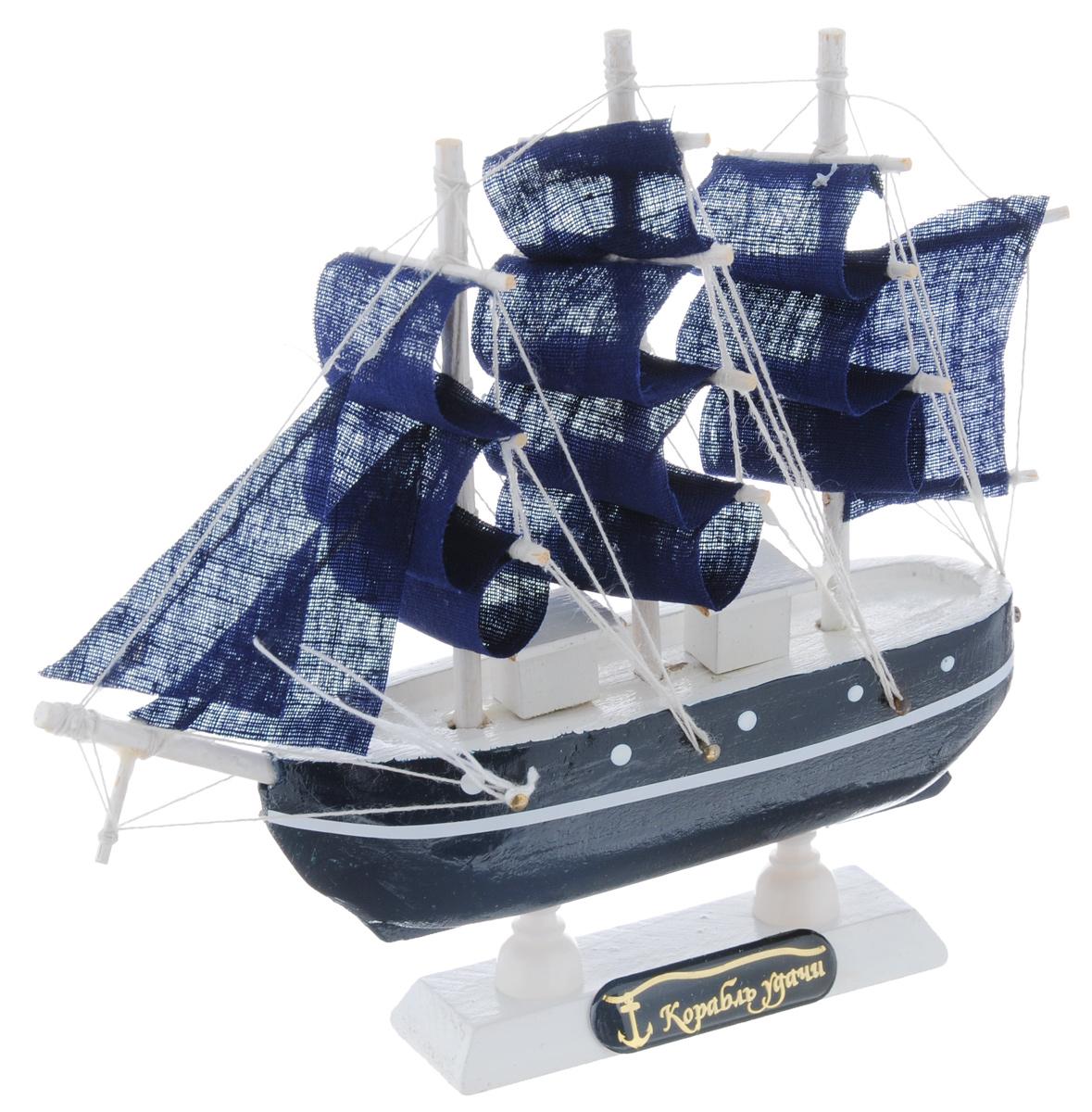 Корабль сувенирный Корабль удачи, на подставке, длина 16 см432000Сувенирный корабль Корабль удачи, изготовленный из дерева и текстиля, это великолепный элемент декора рабочей зоны в офисе или кабинете. Корабль с парусами и якорями помещен на деревянную подставку. Время идет, и мы становимся свидетелями развития технического прогресса, новых учений и практик. Но одно не подвластно времени - это любовь человека к морю и кораблям. Сувенирный корабль наполнен историей и силой океанских вод. Данная модель кораблика станет отличным подарком для всех любителей морей, поклонников историй о покорении океанов и неизведанных земель. Модель корабля - подарок со смыслом. Издавна на Руси считалось, что корабли приносят удачу и везение. Поэтому их изображения, фигурки и точные копии всегда присутствовали в помещениях. Удивите себя и своих близких необычным презентом.