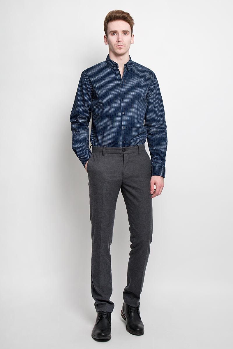 Рубашка мужская Sela, цвет: темно-синий. H-212/683-6162. Размер 42 (50)H-212/683-6162Стильная мужская рубашка Sela, выполненная из высококачественного, обладает высокой теплопроводностью, воздухопроницаемостью и гигроскопичностью. Рубашка с длинными рукавами и отложным воротником застегивается на пуговицы. Манжеты дополнены пуговками. Такая рубашка будет дарить вам комфорт в течение всего дня и послужит замечательным дополнением к вашему гардеробу.
