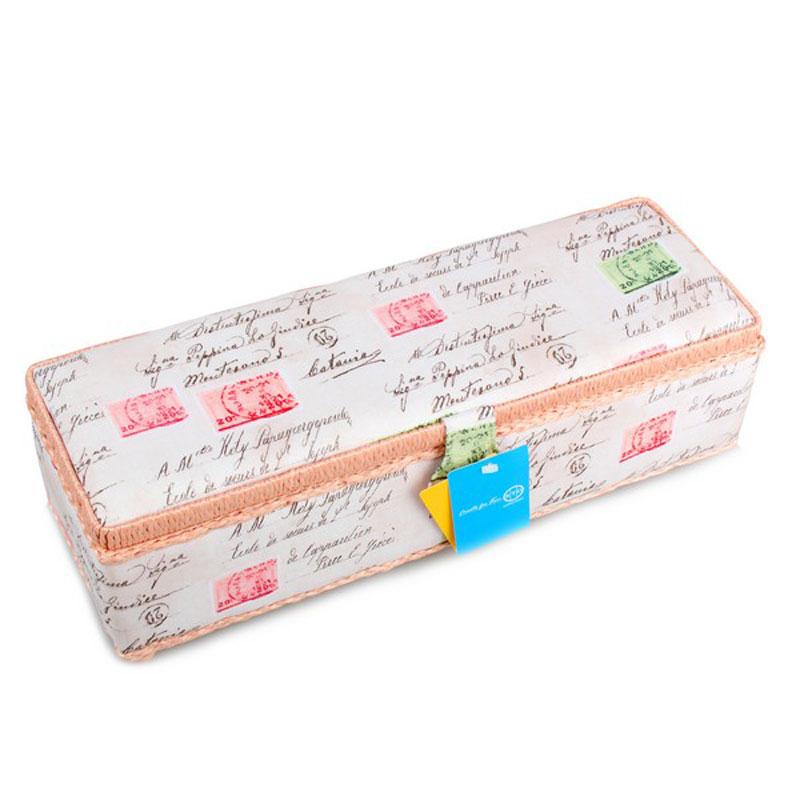 Шкатулка для рукоделия RTO, 39 х 13,5 х 12 см3650-RT-88Шкатулка RTO выполнена из деревянного каркаса,обтянута тканью с цветочным рисунком и мягкимнаполнителем.Крышка закрывается на магнитный замок, дляпереноски имеется удобная ручка.Внутри шкатулки одно вместительное отделение.Внутренняя сторона крышкиоснащена 2 кармашками на резинке. Такаяоригинальная шкатулка подойдет для храненияразных предметов рукоделия: ниток,иголок, бусин, кнопок и многого другого.ШкатулкаRTO будет предметомгордости ее обладательницы. Размер шкатулки (без учета ручки): 39 х 13,5 х 12см.