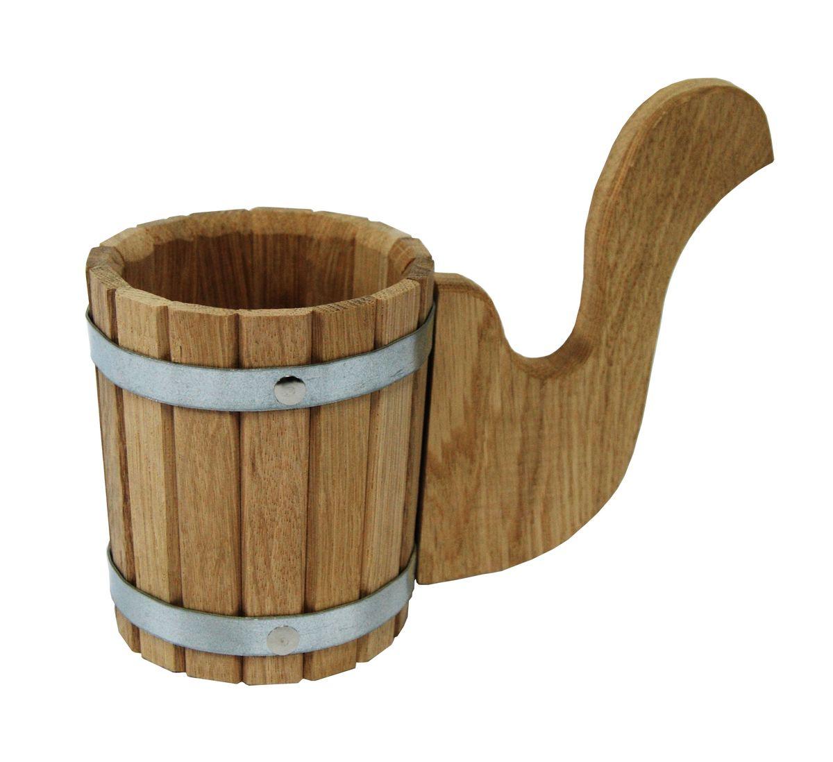 Чарка Proffi Sauna, 0,5 лPS0131Чарка Proffi Sauna выполнена из дубовых брусков, стянутых двумя металлическими обручами. Для более удобного использования чарка имеет эргономичную ручку. Она просто незаменима для подачи напитков, приготовления отваров из трав и ароматических масел, также подходит для декора или в качестве сувенира. Чарка является одной из тех приятных мелочей, без которых не обойтись при принятии банных процедур. Эксплуатация бондарных изделий. Перед первым использованием бондарное изделие рекомендуется подготовить. Для этого нужно наполнить изделие холодной водой и оставить наполненным на 2-3 часа. Затем необходимо воду слить, обдать изделие сначала горячей, потом холодной водой. Не рекомендуется оставлять бондарные изделия около нагревательных приборов, а также под длительным воздействием прямых солнечных лучей.С момента начала использования бондарного изделия не рекомендуется оставлять его без воды на срок более 1 недели. Но и продолжительное время хранить в таких изделиях воду тоже не следует.После каждого использования необходимо вымыть и ошпарить изделие кипятком. В качестве моющих средств желательно использовать пищевую соду либо раствор горчичного порошка.Правильное обращение с бондарными изделиями позволит надолго сохранить их эксплуатационные свойства и продлить срок использования! Объем чарки: 500 мл. Диаметр чарки по верхнему краю: 11 см. Высота чарки (без учета ручки): 18 см.
