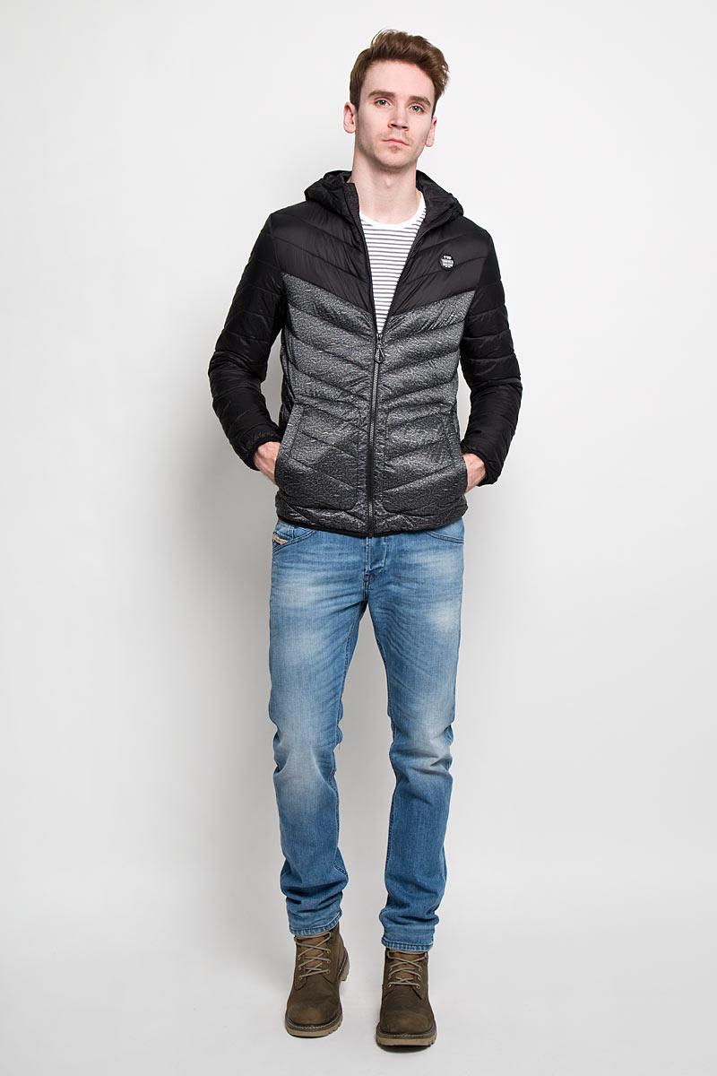 Куртка мужская Tom Tailor Denim, цвет: черный. 3532434.00.12. Размер M (48)3532434.00.12Стильная мужская куртка с капюшоном Tom Tailor Denim, выполненная из высококачественных материалов, отлично подойдет для холодной погоды. Изделие с несъемным капюшоном и длинными рукавамизастегивается на пластиковую застежку-молнию по всей длине. Капюшон, манжеты рукавов и низ куртки оснащены эластичными резинками, защищающими от продувания. На лицевой стороне расположена резиновая нашивка с логотипом бренда. Спереди модель дополнена двумя втачными карманами на кнопках. С внутренней стороны расположен вертикальный втачной карман на кнопке.Изделие оформлено эффектной стежкой и оригинальным принтом.Эта модная и в то же время комфортная куртка - отличный вариант для уверенного в себе мужчины!