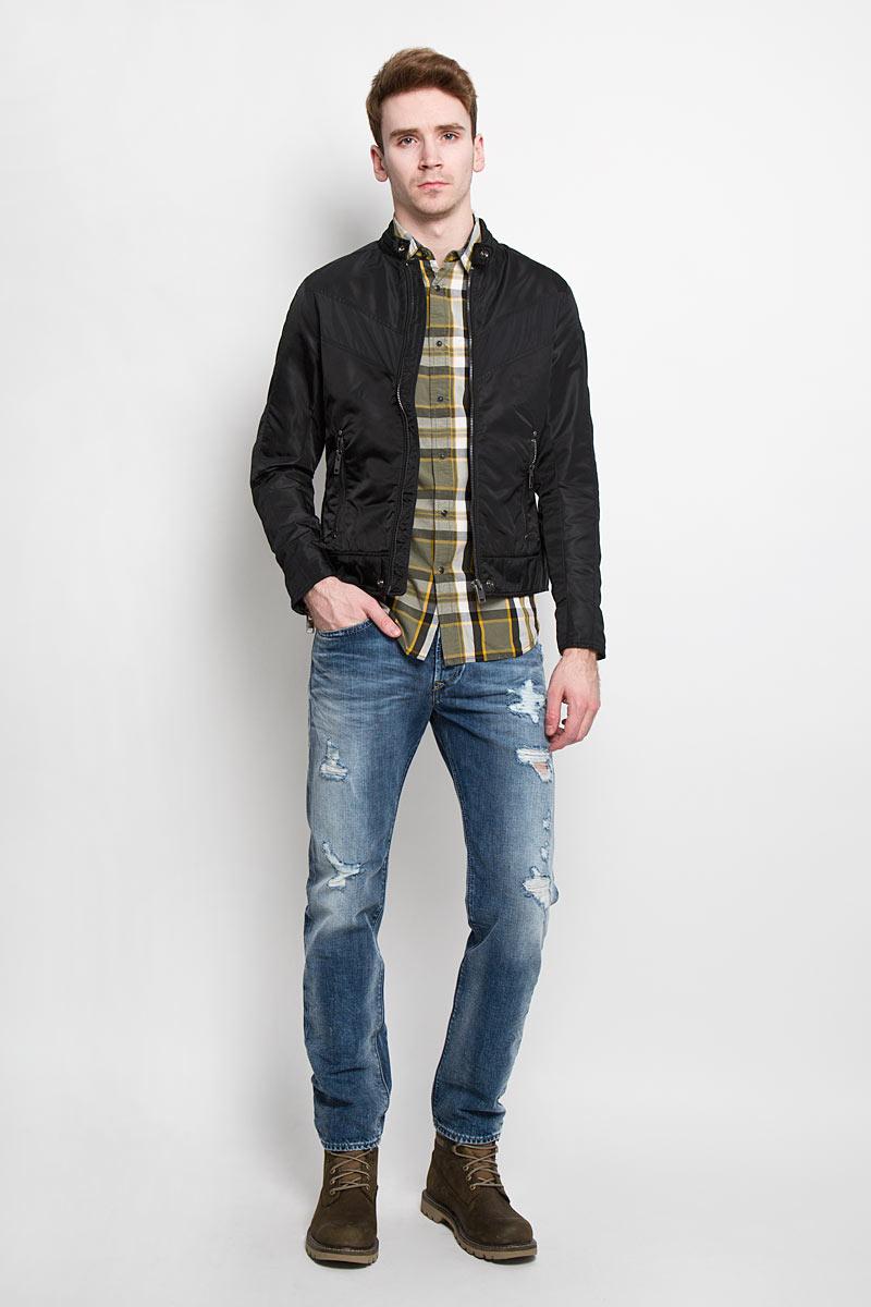 Куртка мужская Diesel, цвет: черный. 00SJQG_0JAIO/900A. Размер S (46)00SJQG-0JAIOСтильная мужская куртка Diesel отлично подойдет для прохладной погоды. Модная куртка с воротником-стойкой застегивается на металлическую застежку-молнию. Воротник застегивается на металлическую кнопку. Куртка дополненадвумя боковыми карманами на молниях. С внутренней стороны предусмотренпотайной кармашек на кнопке. Манжеты рукавов дополнены молниями. Рукавдекорирован нашивкой с логотипом бренда. Эта модная куртка послужитотличным дополнением к вашему гардеробу.