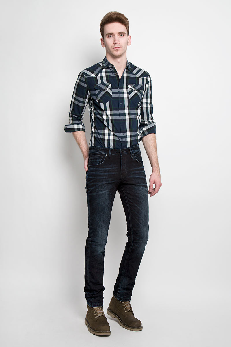 Джинсы мужские Tom Tailor Denim, цвет: темно-синий, черный. 6203549.00.12. Размер 34-34 (50-34)6203549.00.12Стильные мужские джинсы Tom Tailor Denim - джинсы высочайшего качества на каждый день, которые прекрасно сидят. Модель немного зауженного кроя по ноге и средней посадки изготовлена из 100% хлопка. Изделие оформлено тертым эффектом и перманентными складками.Застегиваются джинсы на пуговицу в поясе и три пуговицы на застежке-молнии, имеются шлевки для ремня. Спереди модель оформлены двумя втачными карманами и одним небольшим секретным кармашком, а сзади - двумя накладными карманами.Эти модные и в тоже время комфортные джинсы послужат отличным дополнением к вашему гардеробу. В них вы всегда будете чувствовать себя уютно и комфортно.