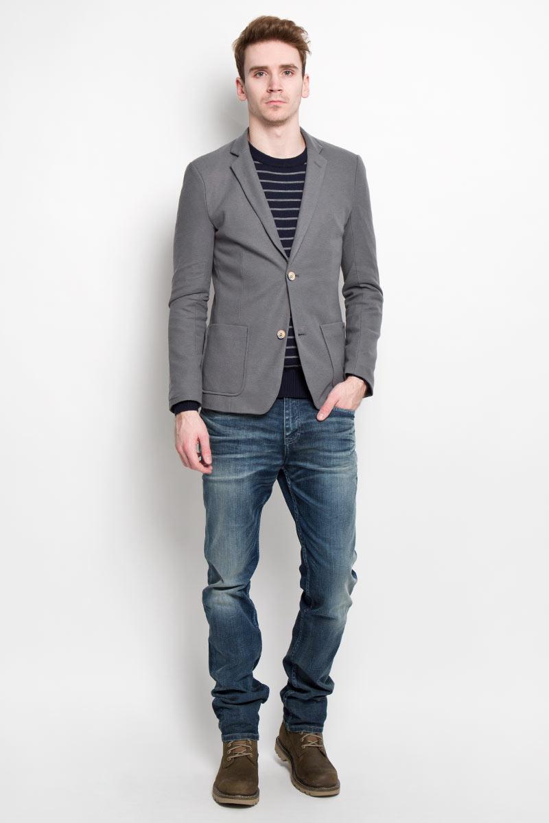 Пиджак мужской Finn Flare, цвет: серый. B16-21014. Размер XXL (54)B16-21014Классический мужской пиджак Finn Flare изготовлен из высококачественного материала на основе полиэстера с добавлением хлопка, благодаря чему он приятен на ощупь и обеспечит вам комфорт и удобство при носке. Подкладка пиджака выполнена из 100% полиэстера. Пиджак с воротником с лацканами и длинными рукавами застегивается на две пуговицы. Манжеты рукавов также дополнены декоративными пуговицами. Пиджак имеет два накладных кармана спереди и два внутренних втачных кармана на пуговицах.Этот модный и в тоже время комфортный пиджак отличный вариант как для офиса, так и для повседневной носки. Он станет великолепным дополнением к вашему гардеробу, а благодаря классическому фасону, такой пиджак будет прекрасно сочетаться с любыми нарядами.