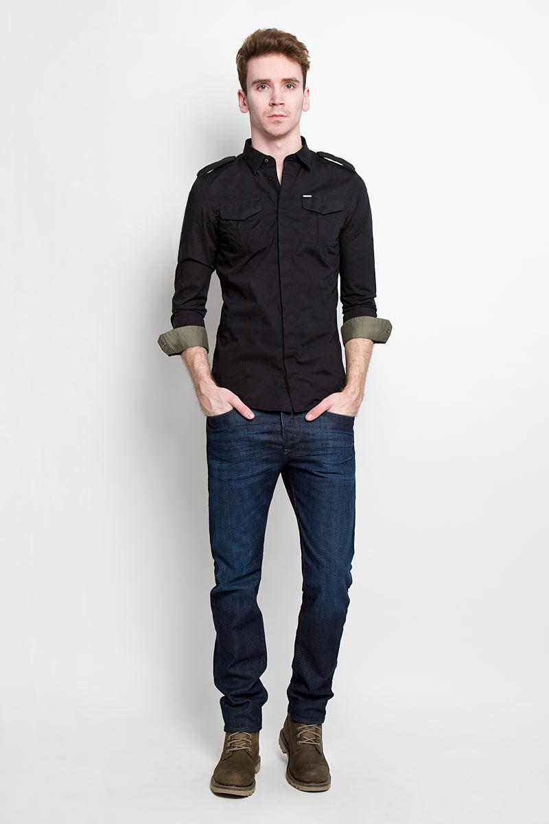 Рубашка мужская Diesel, цвет: черный. 00SMS1_0IAKB/900. Размер L (50)00SMS1_0IAKBСтильная мужская рубашка Diesel с длинными рукавами, отложным воротником изастежкой на пуговицы. Рубашка, выполненная из хлопка с добавлением эластана,обладает высокой воздухопроницаемостью и гигроскопичностью, позволяет кожедышать, тем самым обеспечивая наибольший комфорт при носке даже самымжарким летом. Плечевая зона декорирована хлястиками на металлическихкнопках. На груди расположены 2 накладных кармана так же на металлическихкнопках. Карман дополнен металлической пластиной с логотипом бренда. Эта потрясающая рубашкапослужит замечательным дополнением к вашему гардеробу.