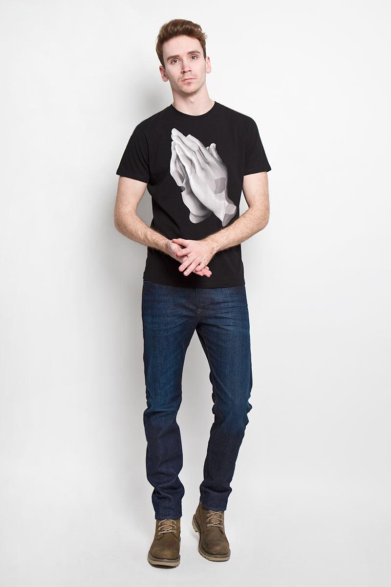 Футболка мужская Diesel, цвет: черный. 00SN52-0EADQ/900. Размер XL (52)00SN52-0EADQСтильная мужская футболка Diesel - идеальное решение для повседневной носки. Эта практичная, приятная на ощупь модель, выполненная из 100% хлопка, прекрасно пропускает воздух, она позволит вам чувствовать себя уверенно и легко.Удобный крой, круглый воротник и короткий рукав обеспечивают свободу движений. Лицевая сторона футболки оформлена оригинальной термоаппликацией с изображением кистей рук.Эта футболка - идеальный вариант для создания эффектного образа.