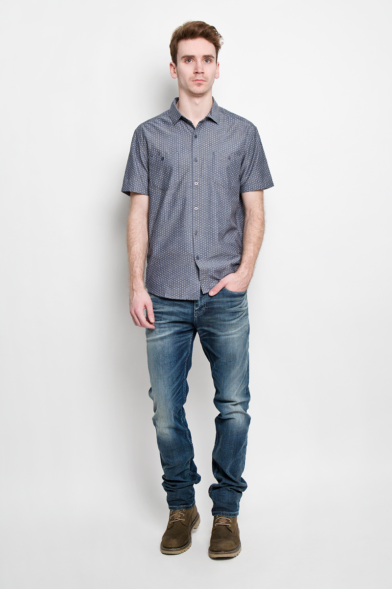 Рубашка мужская Finn Flare, цвет: серо-синий. S15-22017. Размер XL (52)S15-22017Стильная мужская рубашка Finn Flare, изготовленная из натурального хлопка, необычайно мягкая и приятная на ощупь, не сковывает движения и позволяет коже дышать, не раздражает даже самую нежную и чувствительную кожу, обеспечивая наибольший комфорт. Рубашка с модным принтом, отложным воротником, полукруглым низом, застегивается на пуговицы. Спереди расположены два кармашка на пуговицах.Эта рубашка идеальный вариант как для повседневного, так и для вечернего гардероба. Модель порадует настоящих ценителей комфорта и практичности!