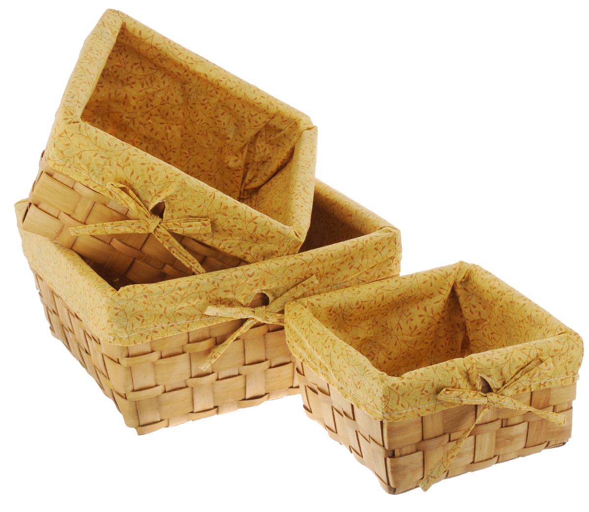 Набор плетеных корзинок Miolla, 3 шт. QL400449QL400449Набор Miolla состоит из трех квадратных плетеных корзинок разного размера. Изделия выполнены из плетеной древесины и обтянуты тканью с оригинальным растительным узором. Такие корзинки прекрасно подойдут для хранения хлеба и других хлебобулочных изделий, печенья, а также бытовых принадлежностей и различных мелочей. Стильный дизайн корзинок сделает их украшением интерьера помещения. Подойдут для кухни, спальни, прихожей, ванной. Размер малой корзины: 21 х 21 х 11,5 см. Размер средней корзины: 25 х 25 х 14 см. Размер большой корзины: 30 х 30 х 16 см.