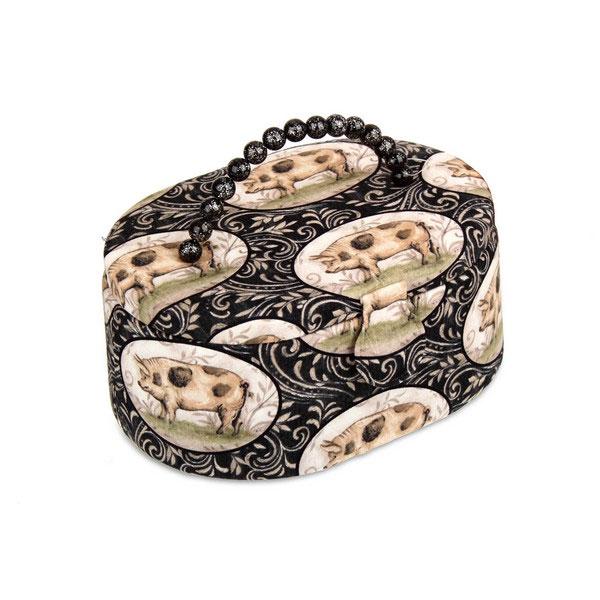Шкатулка для рукоделия RTO Хрюшка, с вкладышем, цвет: черный, темно-серый, 23,5 х 16,5 х 11 см3348(B)-RT-55Шкатулка RTO Хрюшка выполнена из дерева иобтянута тканьюс рисунком и мягким наполнителем. Крышка закрывается на магнитный замок, для переноски имеетсяудобная ручка с бусинами. Внутри шкатулки одно вместительноеотделение.Внутренняя сторона крышки оснащена двумя кармашками на резинке и круглой игольницей сдвумя портновскими булавками. Шкатулка снабжена съемнымпластиковым вкладышем с 4 секциями для хранения различныхмелочей. Такая оригинальная шкатулка подойдет для хранения разныхпредметов рукоделия: ниток, иголок, бусин, кнопок и многого другого. Шкатулка RTOХрюшка будет предметом гордости ее обладательницы. Размер шкатулки (без учета ручки): 23,5 х 16,5 х 11 см.Размер вкладыша: 21,5 х 14,5 х 3,2 см.Средний размер секции вкладыша: 6,5 х 6,5 х 3,2 см.
